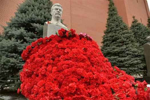 Цветы у бюста Сталина